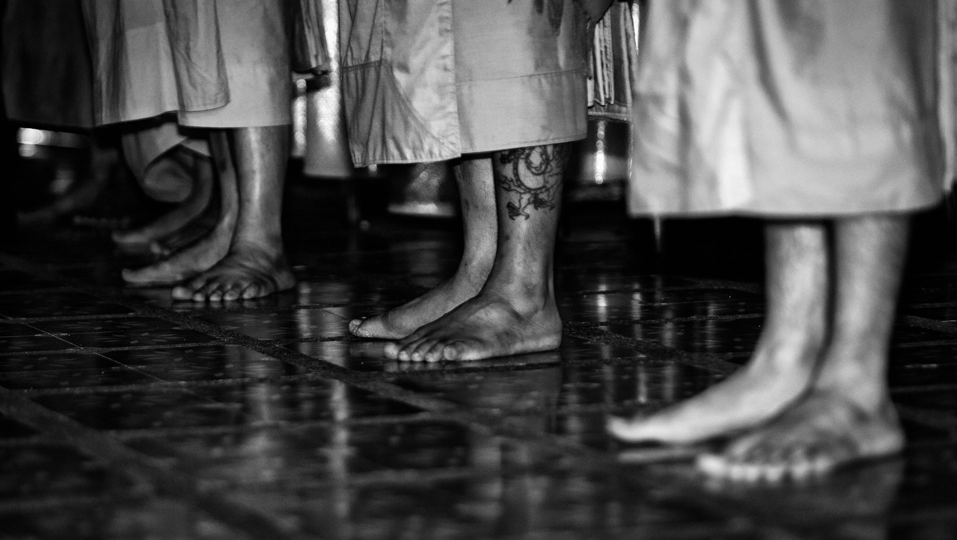 Almudena Plaza-Thailand-foot-monk-budism