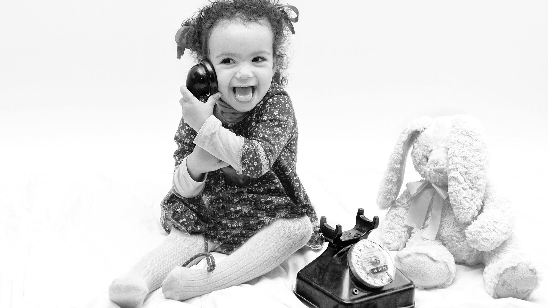 Almudena Plaza-retrato-niña telefono bw