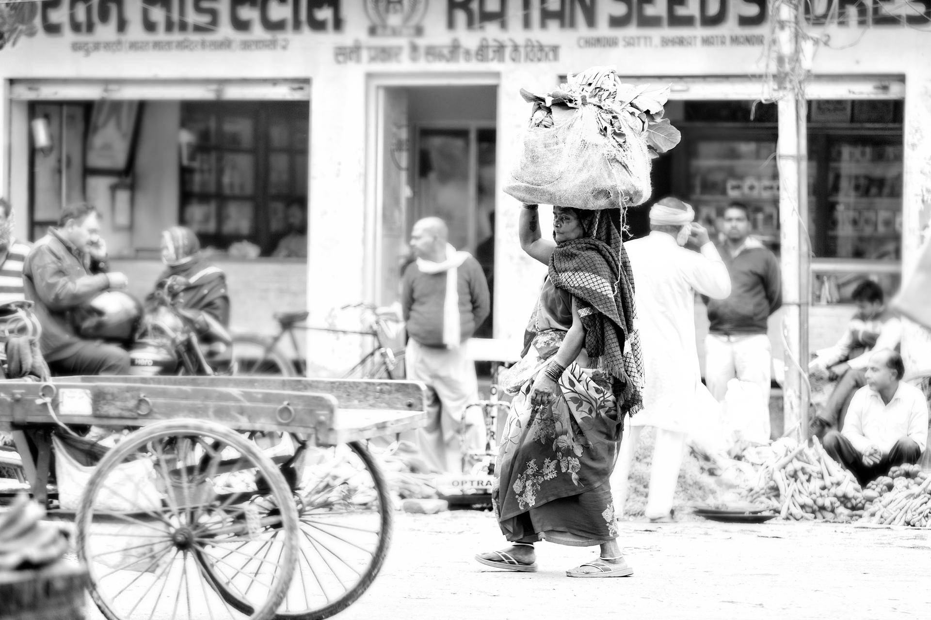 India-woman-market